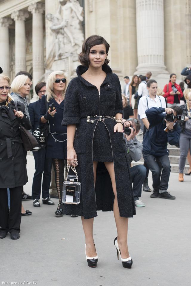 Miroslava Buro divatszerkesztő,a Buro 247 alapítója Chanel táskával a párizsi divathéten.