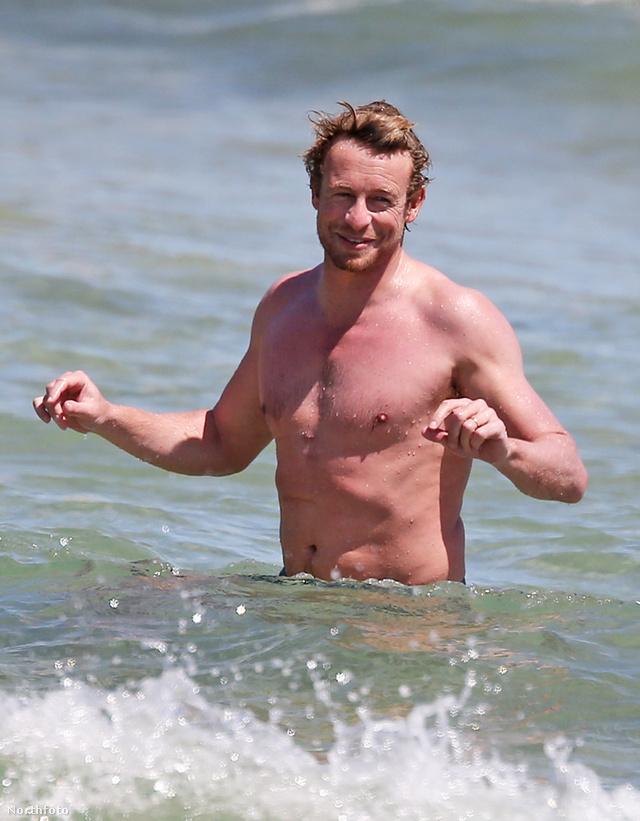 Simon Baker, a Mentalista a Bondi Beach nevű ausztrál strandon haverokkal