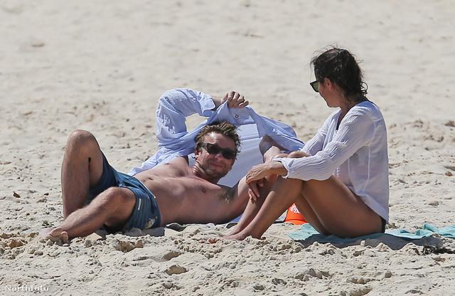 Simon Baker, a Mentalista és a felesége, Rebecca Rigg a Bondi Beach nevű ausztrál strandon haverokkal