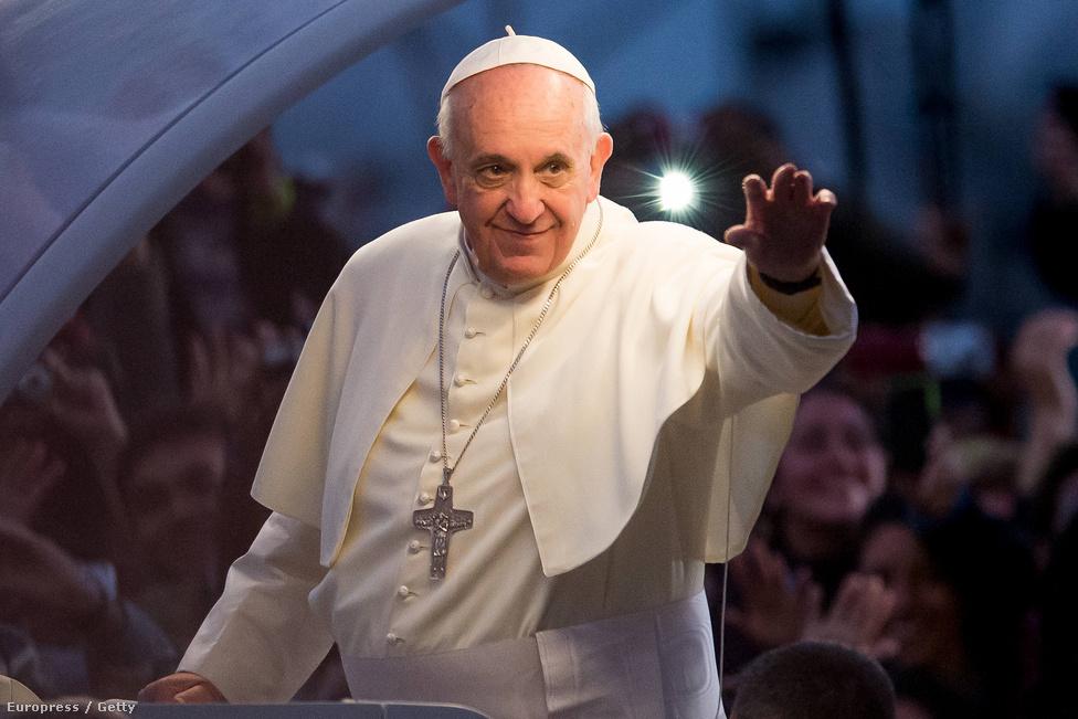 """Ferenc pápa júliusban részt vett Rio de Janeiróban a katolikus fiatalok nyári találkozóján. Ferenc pápa riói vizitjekor flashmobot tartottak az erre az időre Papacabanának átnevezett strandon, ahol papok és apácák is táncoltak. A pápa Brazíliából a Vatikán felé tette híressé vált kijelentését a repülőn: """"Ha egy meleg Istent keresi, ki vagyok én, hogy megítéljem őt?""""."""