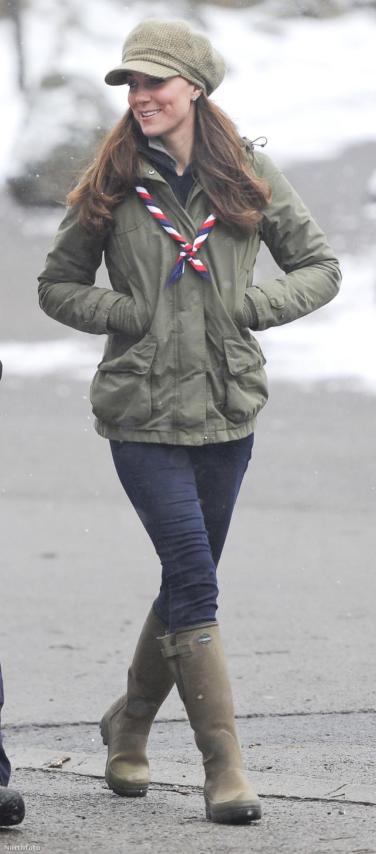 2013. március 22.: a terhes hasat cserkészruha takarja, és Katalinnak még ez is jól áll!