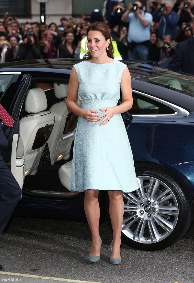 Április 25-én jött el a terhesruha ideje. Terhessége alatt gyakran láttuk pasztellszínekben a hercegnét.
