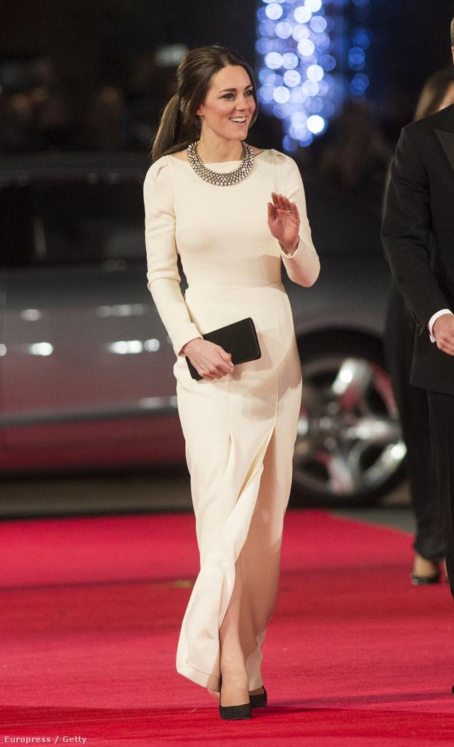 December 5.: Katalin bizsuval egészítette ki designerruháját. Az összeállítás egyébként különösen jól sikerült.