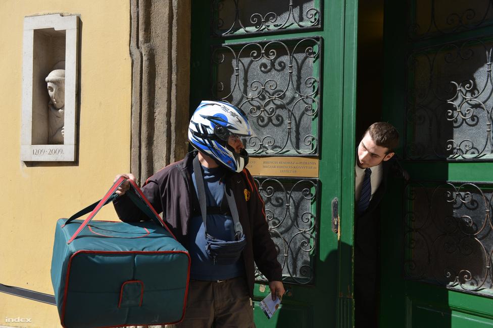 Külön eltüntették a kátyúkat Csabdi és Tükröspuszta útjairól, a Margit körúti ferences templomba pedig be sem engedték az imádkozni odatévedőket, sőt, a pizzafutárt sem – esküvő volt ugyanis az Orbán családban, mi pedig még a lovasfarmot is meg tudjuk mutatni, ahol Hencidától Boncidáig folyt a lakodalom.