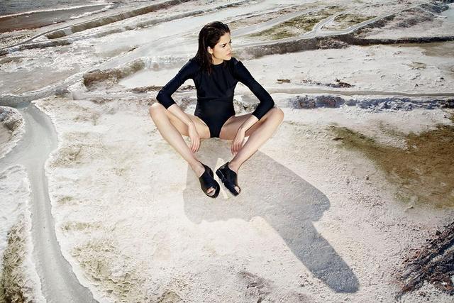 Káldy Júlia az egerszalóki hőforrásnál készítette el Resort kollekciójának kampányát.