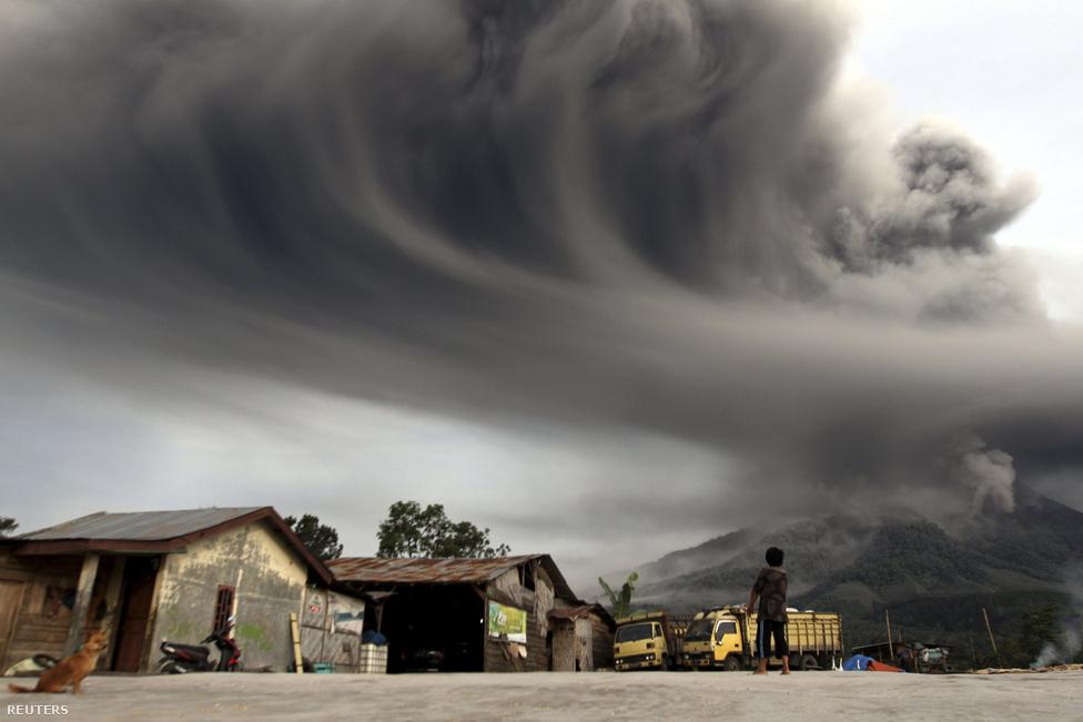 Több ezer embert kellett kitelepíteni, amikor kitört két vulkán Indonéziában november közepén. A Szumátra északi részén található Sinabung vulkán három év után szeptemberben lépett újra működésbe, majd nyolcezer méter magasba lövellte hamufelhőjét.