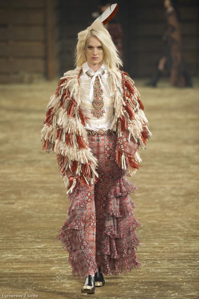 """A Chanel a """"Cowboys and Indians"""" elnevezű elő-őszi kollekciójának bemutatója után nyilvánosan is bocsánatot kért a divatházat ért vádak és kritikák miatt."""