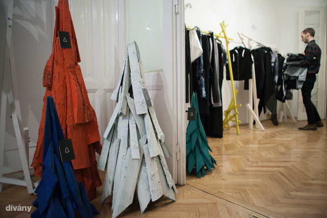 Szőke Gábor Miklós fából készült designer karácsonyfái a showroomban.