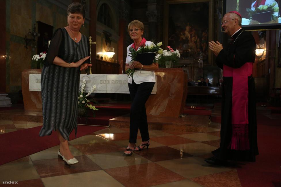 Gyerekek nélkül, az egri bazilikában, egy kormányintézkedéseket taglaló előadással nyitotta meg  a 2013/2014-es tanévet az egri főegyházmegye rendezvényén Hoffmann Rózsa köznevelésért felelős államtitkár, akit a meglehetősen szürreális esemény végén az egri érsek virággal köszöntött fel közelgő névnapja alkalmából. A dicsértessékkel kezdődő és Klebesberg Kunó-idézetekben bővelkedő beszédében Hoffmann méltatta a pedagógus-életpályamodellt és egyenként elmagyarázta az elmúlt három év változásainak jelentőségét és értelmét az inkább szkeptikus arccal figyelő hallgatóságnak.
