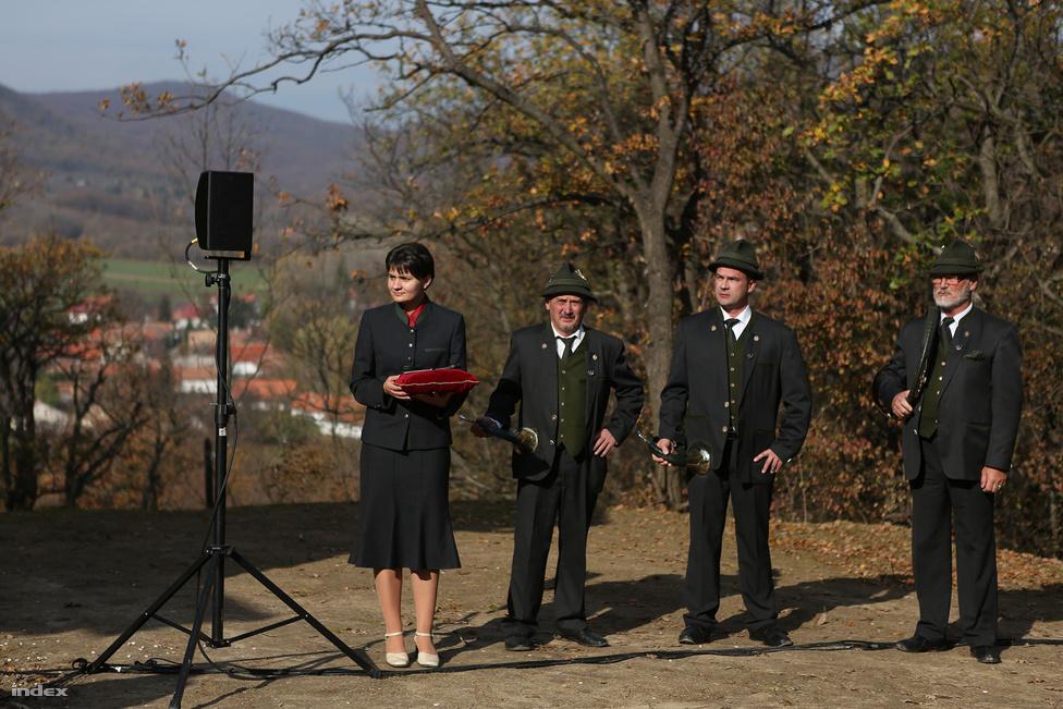 """Orbán Viktor túrabakancsban, buggyos farmerben és barna kabátban érkezett meg némi késéssel a pilisi Som-hegy turistaházának átadására. Már nem tűnt annyira lelkesnek, mint amikor júliusban beszélt a Magyar Természetjárók Szövetségének dobogókői rendezvényén. ahol megállapodást írtak alá arról, hogy osztrák színvonalúra hozzák fel a magyar természetjárást. """"Nem normális dolog, hogy a miniszterelnök turistaházat ad át"""" – ismerte el maga is, pedig nem akármilyen turistaházról volt szó."""