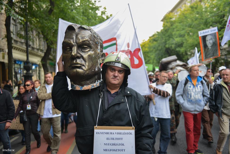 """""""Ássuk el!"""" """"De szép látvány volt"""" – katartikus hangulatban döntötték le Orbán Viktor kétméteres hungarocell szobrát a Szolidaritás Mozgalom vasárnapi rendezvényén a Clark Ádám téren, az Alagút bejárata mellett. A rendezvényen felszólalt Bajnai Gordon exminiszterelnök és Dopeman, az ország alternatív köztársasági elnöke is. Körülbelül ezren hallgatták a """"Baszd meg az Orbánt!"""", többek között Mécs Imre, Karácsony Gergely és Szabó Zoltán."""