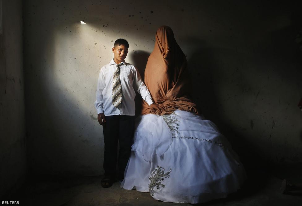 Ahmed Szoboh és menyasszonya, Tala. A fiú 15, a lány 14 éves, Tala Beit Lahiya-i háza 2009-ben egy izraeli légi csapásban sérült meg egy lagzi alatt.