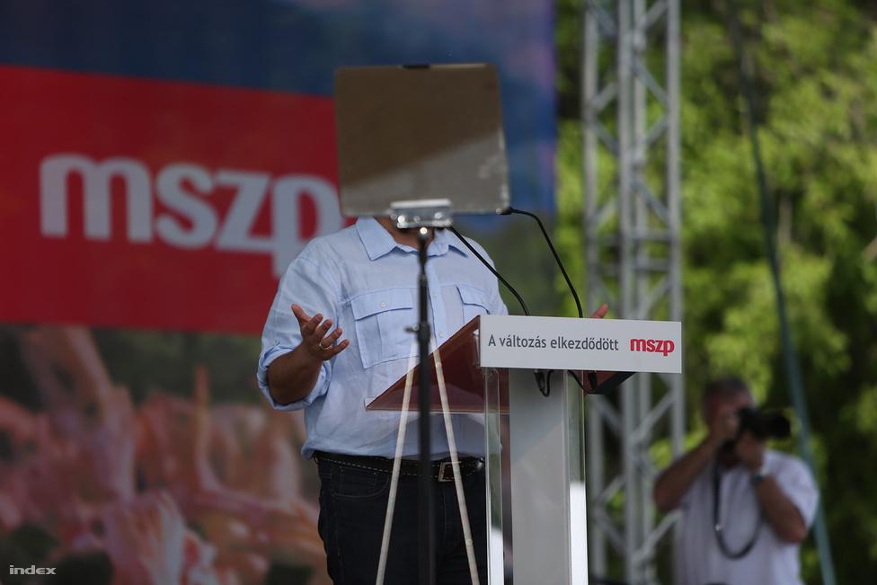 Igazi nyári hangulatban zajlottak az idei május elsejei kisebb és nagyobb gyűlések, felvonulások. A baloldali pártok a munka ünnepén már az Orbán Viktor utáni jövőt tervezgették, és lehetséges partnereiknek üzengettek. Sőt, Mesterházy Attila beszéde alatt Gyurcsány Ferenc is megjelent a Nagyréten, és nyilatkozatokat adott, miközben az MSZP elnöke szónokolt. A Jobbik Óbudáról üzent a Városligetbe, Vona azt mondta biztosan lesz a baloldalon összefogás, mert megvan a centruma: a pénz.