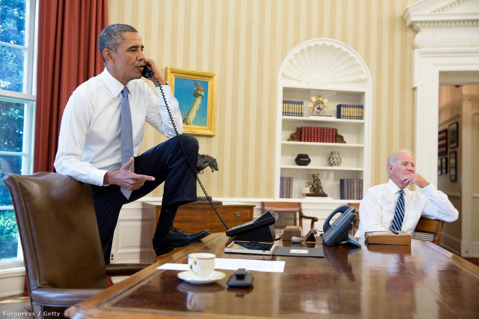 Egészen új irányt vettek az amerikai–iráni kapcsolatok szeptemberben, aminek csúcspontjaként Barack Obama amerikai elnök telefonon beszélt Haszan Rouháni iráni elnökkel. Az országok között 1980 óta nincs diplomáciai kapcsolat, ez volt az első közvetlen beszélgetés a két ország vezetői között az elmúlt 33 évben. Megtartották az első közvetlen megbeszélést is az amerikai és az iráni külügyminiszter között több mint 30 év után. Így a korábbiaknál kedvezőbb légkörben kezdődhettek újra októberben Genfben a tárgyalások a vitatott iráni atomprogramról. Sikerült is egy ideiglenes, hat hónapra szóló megállapodást kötni, melynek értelmében Irán nem fejleszti tovább nukleáris programját és beengedi az ellenőröket.