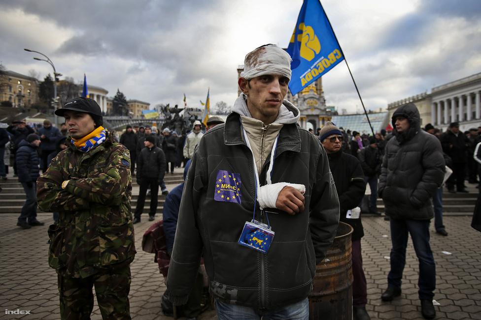 Az Európai Unióval tervezett társulási szerződés elutasítása után ellenzéki tüntetések kezdődtek november végén Ukrajnában, amiken a szerződés aláírásának követelése helyett már a kormány és Viktor Janukovics elnök lemondását követelték. A többek között a világbajnoki övét is beáldozó Vitalij Klicsko bokszoló vezette tüntetések még mindig nem értek véget. Közben az is kiderült, mivel vehették meg az oroszok az ukránokat: gigantikus gázkedvezménnyel és sok pénzzel nyert Putyin, ezért távolodhat a kijevi vezetés az EU-tól.