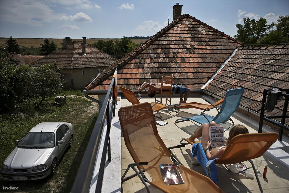 """Nem segélyt kell adni, hanem munkát – állítja Elisabeth van Aerde holland üzletasszony, aki tíz éve vállalkozó az ország egyik legszegényebb falujában. Jómódú nyugat-európaiakat megcélzó idegenforgalmi vállalkozásához direkt zsákfalvakat keresett, mert szerinte fejleszteni ott lehet, ahol nincs semmi – így akadt Szakácsira. Egyenként 25 millió forintból újított fel négy házat, még négy vendégházat és egy tízszobás szállodát szeretne, legújabb terve, hogy dióolajat fog exportálni a Benelux-államokba. """"A környezet szép, a projekt nagyon érdekes. A legfontosabb, hogy segíthetünk"""" – mesélte egy vezető beosztású középkorú vendég a vendlgház medencéjének partján."""