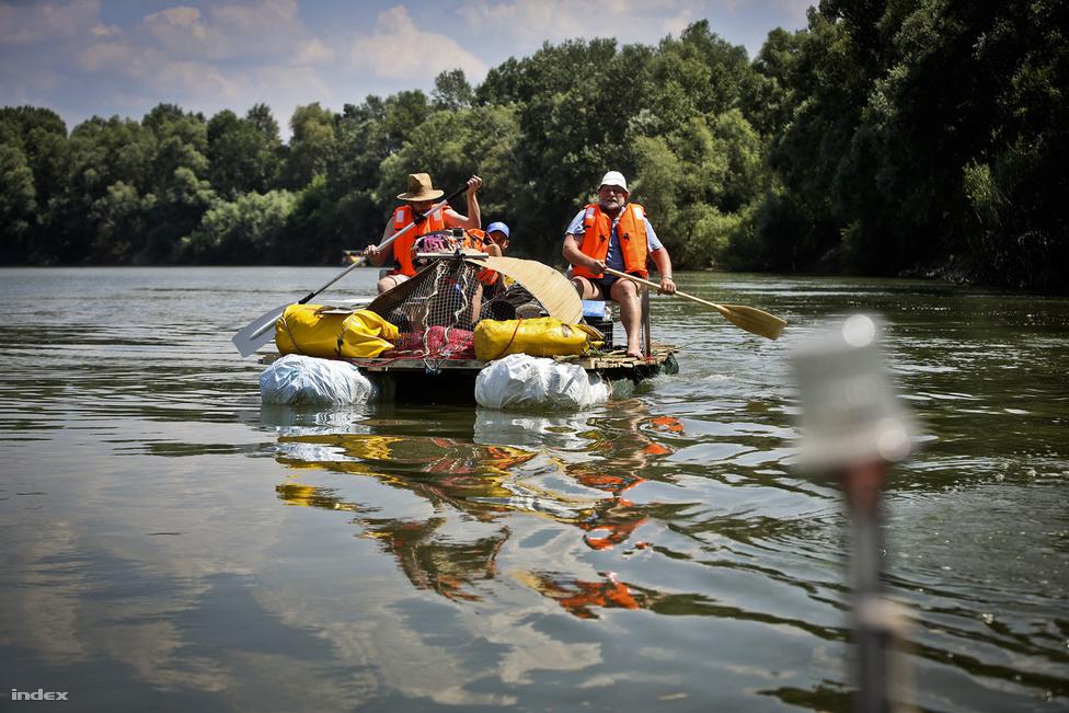 """Tivadarból rajtolt július 9-én az I. Tiszai Pet Kupa evezős verseny, amelynek résztvevői az áradással Ukrajnából, Szlovákiából és Romániából érkező több száz köbméternyi PET-palackból készült, saját készítésű hajóikon 100 kilométeres távot tesznek meg egy hét alatt. Az akcióból sorozat készül Varga Livius műsorvezetésével, a producer és a rendező fejében három éve fogant meg az ötlet egy Tokaj-menti forgatáson: """"Ahogy az ár megérkezett, pillepalackok ezrei jöttek le a Tiszán, de úgy, hogy volt olyan hely, ahol nem is láttad a vizet, csak a palackokat. Kiderült, hogy ez minden áradáskor így van. Ukrajnában, Szlovákiában, Romániában az ártereket gyakran illegális szemétlerakónak használják, és ahogy jön a nagy tavaszi áradás, a szemetet elviszi a víz. Onnantól kezdve kattogott a fejünkben, hogy ez brutális, ezzel kellene valamit csinálni"""" – mesélte Molnár Attila Dávid producer. A megvalósításhoz a természetfilmesek egy NMHH-pályázaton 7,8 millió forintot nyertek."""