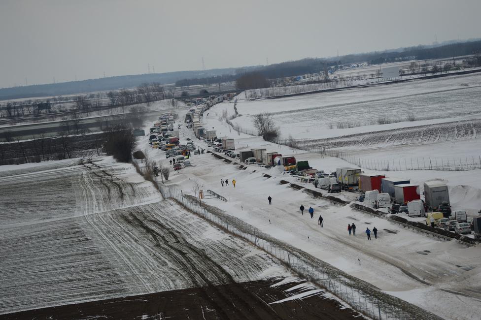 Kommunikációs zűrzavar közepette csapott le az országra március 14-én az ünnepi hóvihar. Orbán Viktor azt mondta, mindenkit kimentettek, miközben több tucatnyian még mindig a hó fogságában voltak az autópályán. A katasztrófavédelem weboldala hó helyett árvízi együttműködésről írt, a honvédelmi miniszter hatalmasat került, de elfelejtett beszámolni róla, a TEK azt állította, beteg férfit mentett, csak azt felejtették el, hogy előttük már más is járt ott. Három nappal a hóvihar után Pintér és Bakondi már sikerről és eredményes beavatkozásról beszélt. Deutsch Tamás őszinte volt: a Twitteren totális káoszról írt.