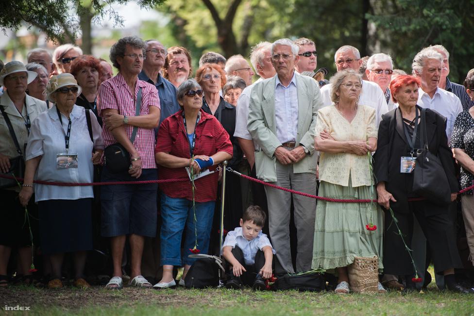"""Július 8-án temették el Horn Gyulát, a rendszerváltás utáni magyar politika egyik legellentmondásosabb megítélésű miniszterelnökét. Németországban máig az egyik legismertebb magyarnak számít: 70 éves születásnapjára a Frankfurter Allgemeine Zeitung """"A hidegvágós ember"""" címmel közölt róla portrét, kiemelve a vasfüggöny átvágásában játszott szerepét – az ellentábor szerint viszont kifért volna egy pufajkás vagy karhatalmista utalás az alcímben. Germuska Pál szerint """"nem egyszerűen a 15 ezer karhatalmista egyike, hanem a forradalom leverésében és a megtorlás megindításában kulcsszerepet játszó élcsapat kitüntetéssel elismert ifjú tagja volt"""". A szolgálataiért Munkás-Paraszt Hatalomért Érdeméremmel kitüntetett Horn azt mondta, hogy karhatalmistaként előbb hídőrséget látott el, majd pályaudvarokon, köztereken, kocsmákban razziázott, végül a nyomozórészleghez került biztosítási feladatokra, és hogy """"1956 nem a kommunizmus elleni harc volt, a felkelők sem akarták eltörölni azt."""" A megítélése körüli vitákat mi sem példázza jobban, mint hogy öt év eltéréssel Medgyessy Péter és Gyurcsány Ferenc is ki szerette volna tüntetni, de Mádl Ferenc, majd Sólyom László ezt megtorpedózta.  A temetésen Martin Schulz, az Európai Parlament szocialista elnöke és Hans-Dietrich Genscher egykori német alkancellár és külügyminiszter is beszédet mondott, Kulka János Füst Milán Este van című versét mondta el, a koporsót katonai tiszteletadás mellett hantolták el."""