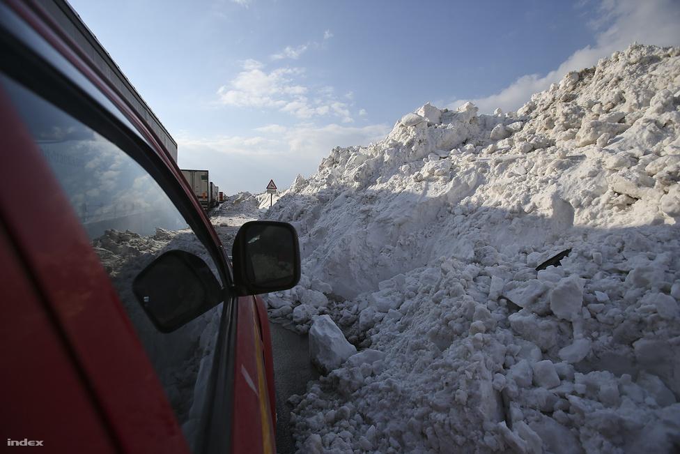 """""""Segítünk! Ne hagyja el a gépjárművét! Ha elfogy az üzemanyaga, üljön át másik gépjárműbe! Belügyminisztérium"""" - Egy nappal a hóvihar után még 42 ember és 42 jármű vesztegelt a hó fogságában az utakon. Estig 13035 embert és 3490 elakadt járművet szabadítottak ki és még 114 elzárt út volt. Az úton rekedtek ideiglenes elhelyezésére 495 melegedőt működtettek, ahol 8 ezer embert láttak el. 1848-an továbbra is a bajba jutottak mentésén dolgoztak. Észak-Magyarországon több tízezer háztartásban nem volt áram."""