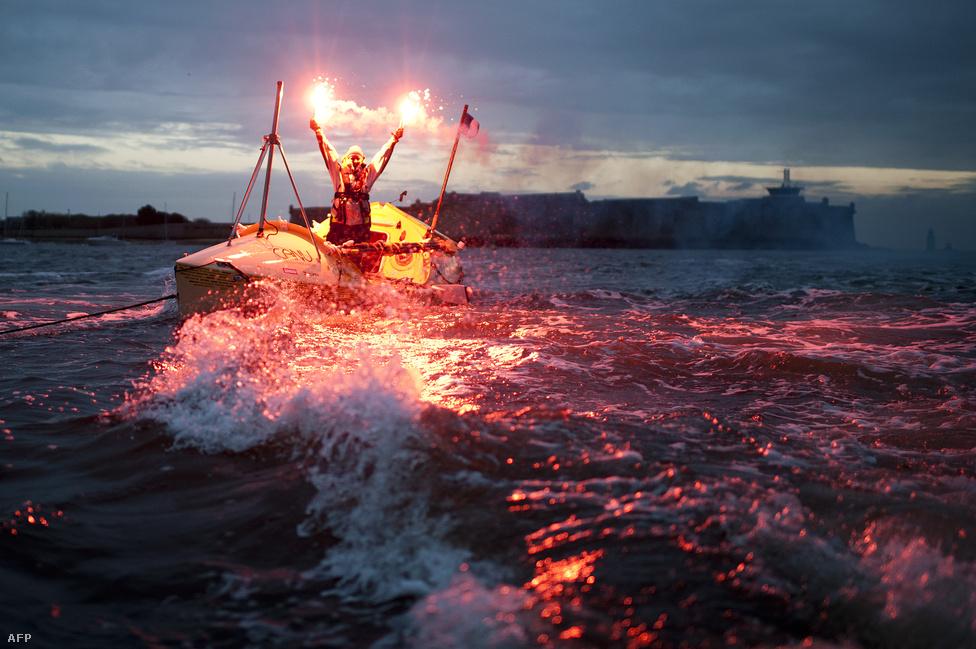 A kanadai Mylene Paquettejelző tűzzel ünnepel, miután első észak-amerikaiként átevezte az Atlanti- óceánt, a 2700 tengeri mérföld (4300 km) hosszú utat a kanadai Halifax és a francia Lorient között tette meg, 129 nap alatt
