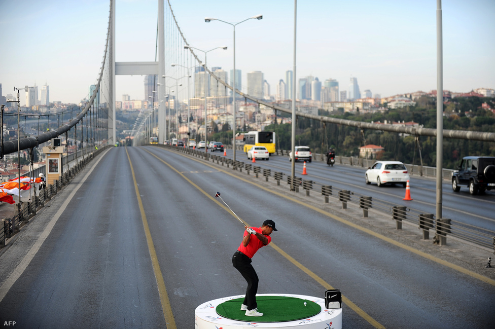 Tiger Woods Európából Ázsiába üt át egy labdát a Boszporuszt átívelő hídon Isztambulban