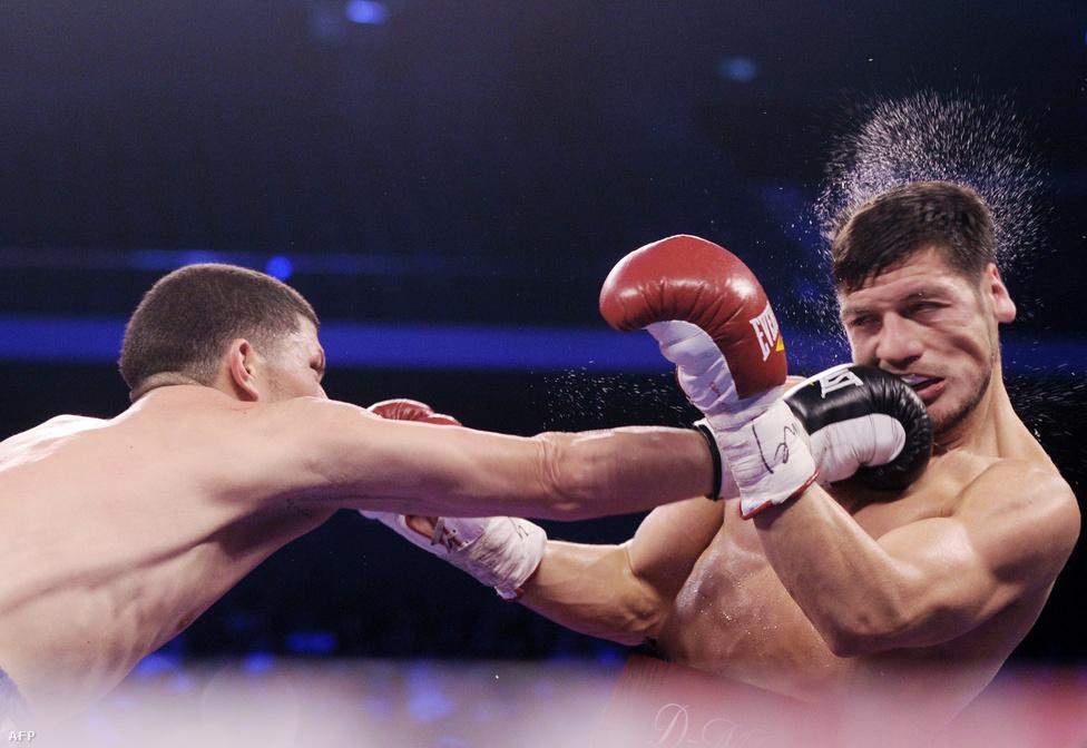 Roman Martinez visz be egy tiszta ütést Diego Magdalenónak a WBO szuper-pehelysúlyú világbajnoki címmecsén Makaóban