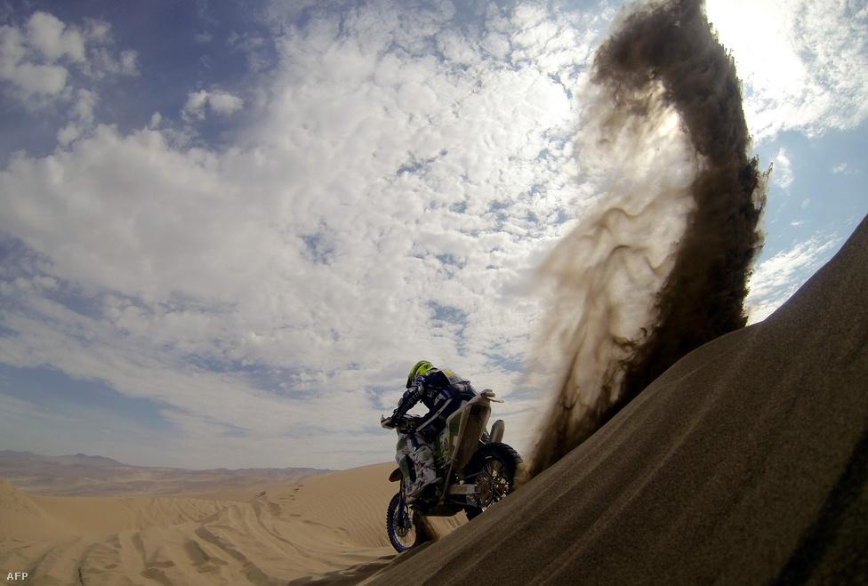 Alessandro Zanotti olasz motoros gurul le egy dűnéről Chilében a Dakaron