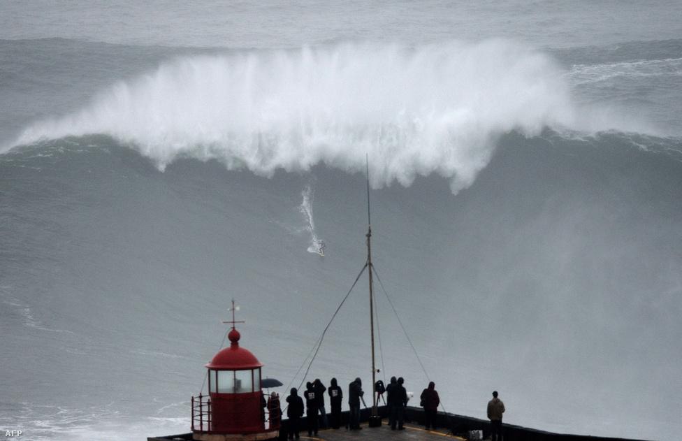 Carlos Burle lovagol meg egy óriási hullámot a portugál Nazare város partjainál