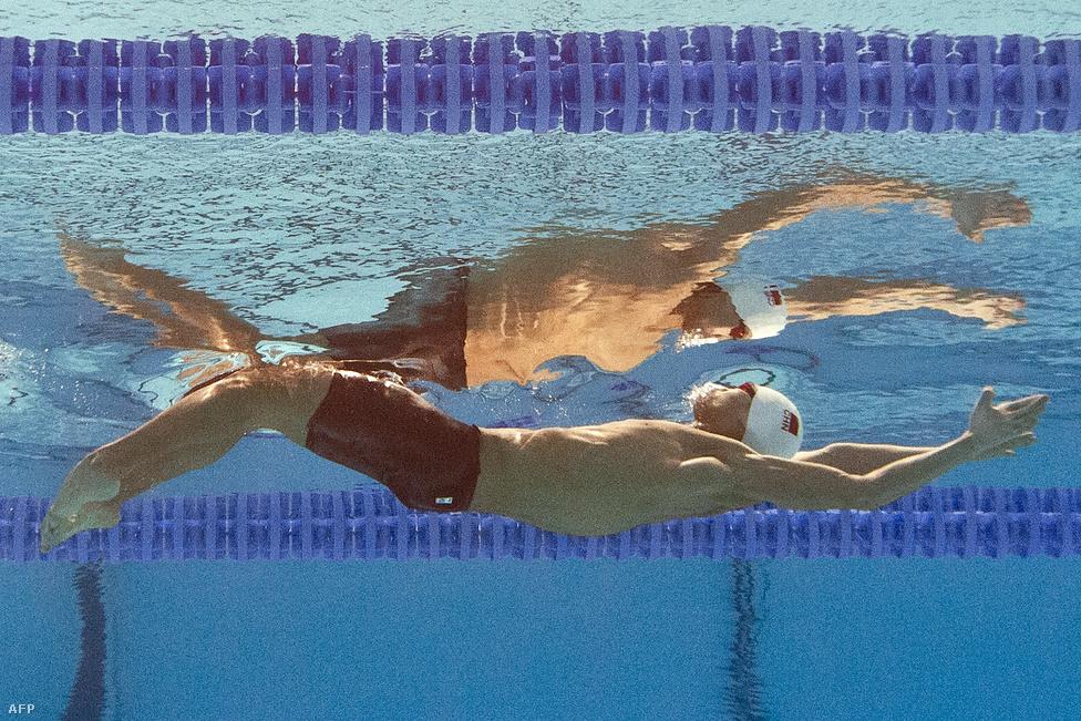 A kínai Hszü Csia-jü rajtol a férfi 200 méteres hátúszás elődöntőjében a barcelonai vizesvébén