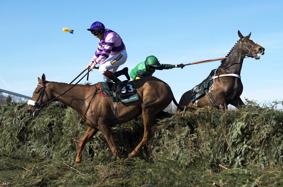 A Mumbles Head nevű ló bajlódik az akadállyal a Liverpool közelében fekvő Aintree versenypályán. Az itt rendezett Grand National a legnagyobb fogadási verseny az Egyesült Királyságban
