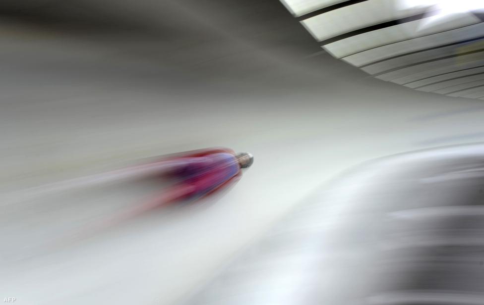 A norvég Thor Haug repeszt szánkóján a szánkó-világkupa köngiseei állomásán, Németországban