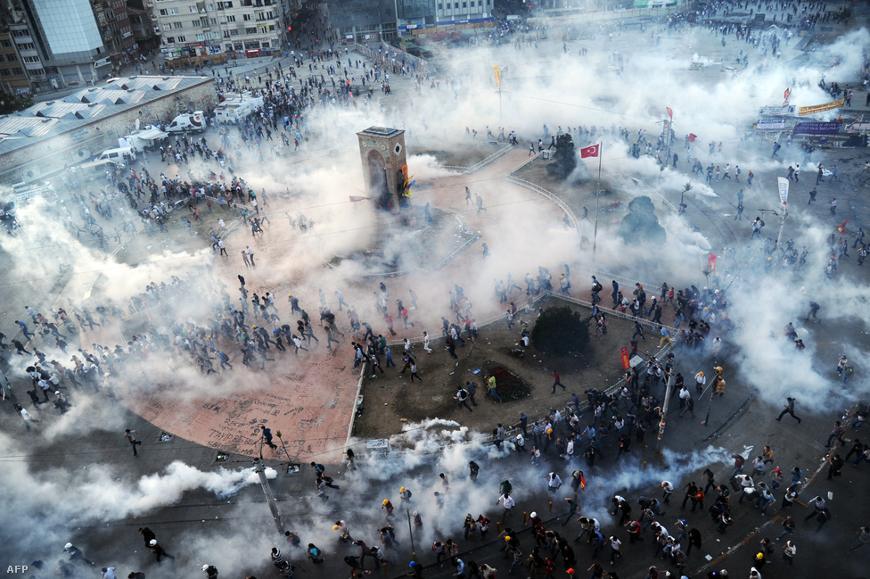 Könnygáz borítja a Taksim teret Isztambulban június 11-én. A békés parkfoglalásnak induló demonstráció hamar több hétig tartó, erőszakos összecsapásokba torkollott. A világias szemlélet ütközött a muszlim politikai ideológiával, több ezer embert letartóztattak.