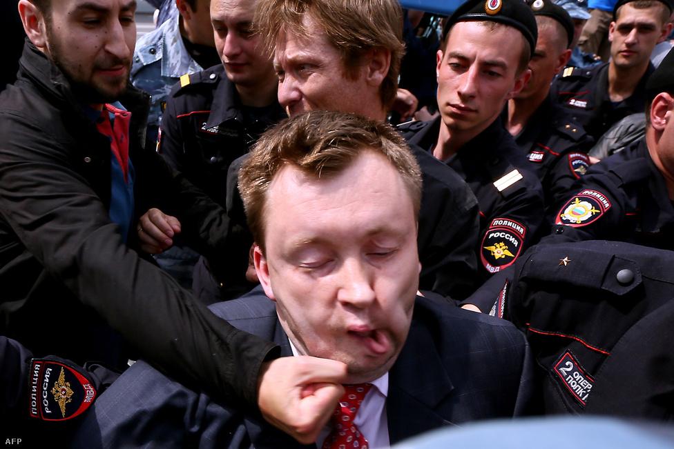Melegellenes tüntető húz be ököllel Nyikolaj Alexejev melegjogi aktivistának Moszkvában május 25-én. Alexejev hivatalosan kérvényezte egy LMBT rendezvény biztosítását a hatóságoktól, majd az elutasítás miatt bírósághoz fordult.