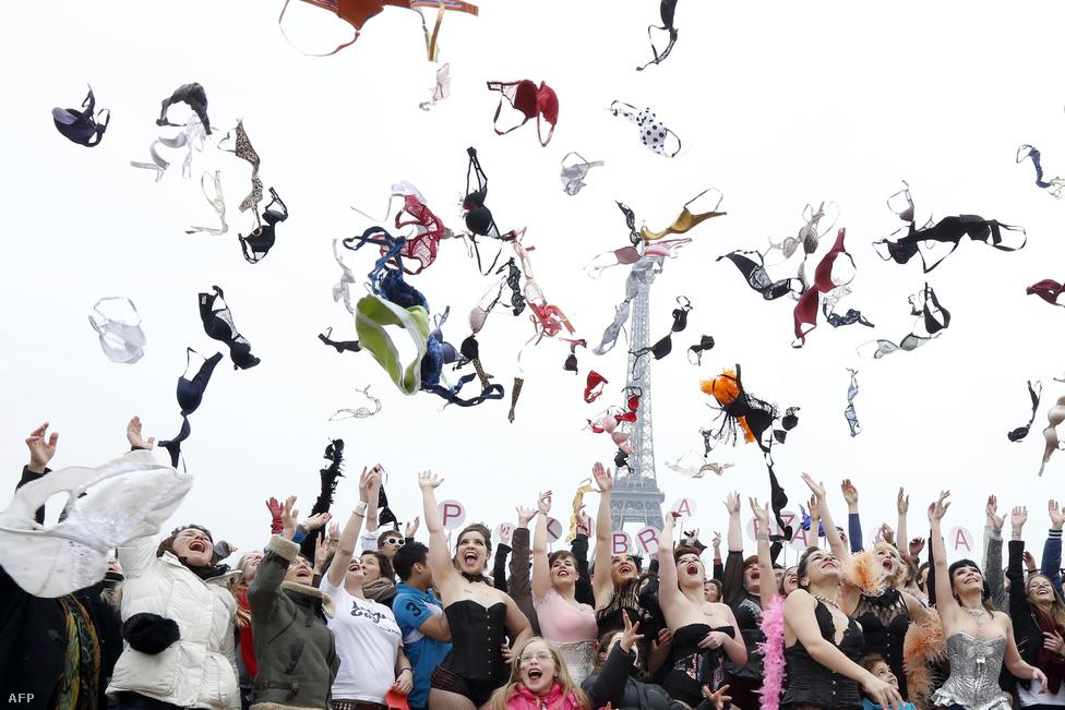 Melltartók a levegőben az Eiffel torony előtti téren, az Esplanade des droits de l'homme-n március 25-én. A francia Pink Bra Bazzar szervezet fő célja a figyelemfelhívás és a megelőző szűrések népszerűsítése.