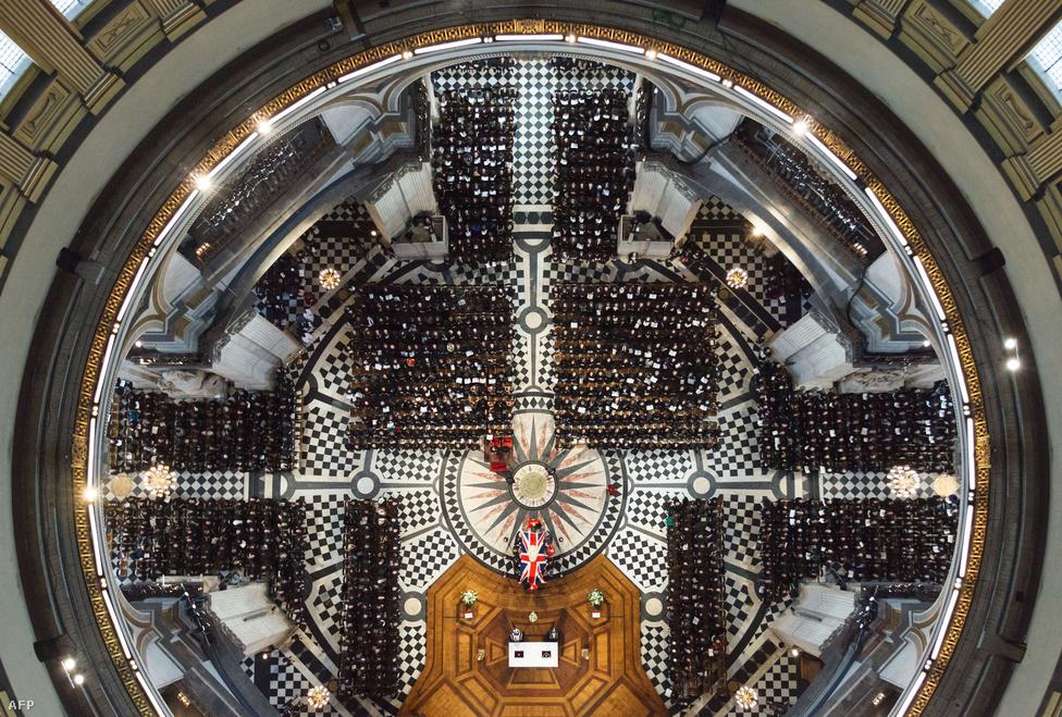 Margaret Thatcher volt brit miniszterelnök koporsója a londoni Szent Pál katedrálisban április 17-én. A londoni parlament felfüggesztette ülését, hogy a képviselők részt vehessenek a szertartáson. A temetés komoly diplomáciai esemény volt, II. Erzsébet királynő mellett tizenegy miniszterelnök és tizenhét külügyminiszter is részt vett rajta. Thatcher 87 éves korában halt meg, az elmúlt tíz évben már a nyilvánosságtól távol élő volt kormányfő agyvérzést kapott.