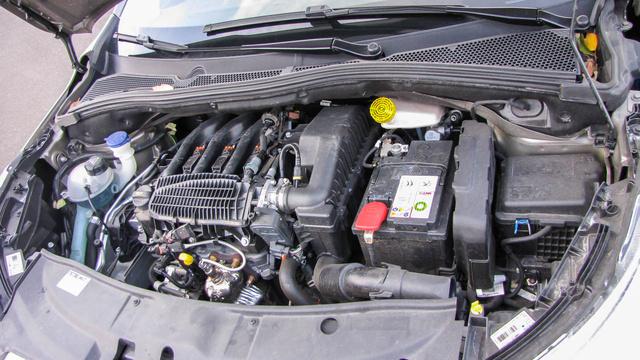 A háromhengeres, ezerkettes benzinmotor dicséretre méltóan viselkedik