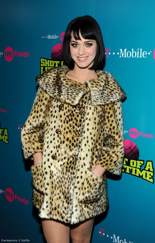 Katy Perry leopárd mintás műszőr kabátban