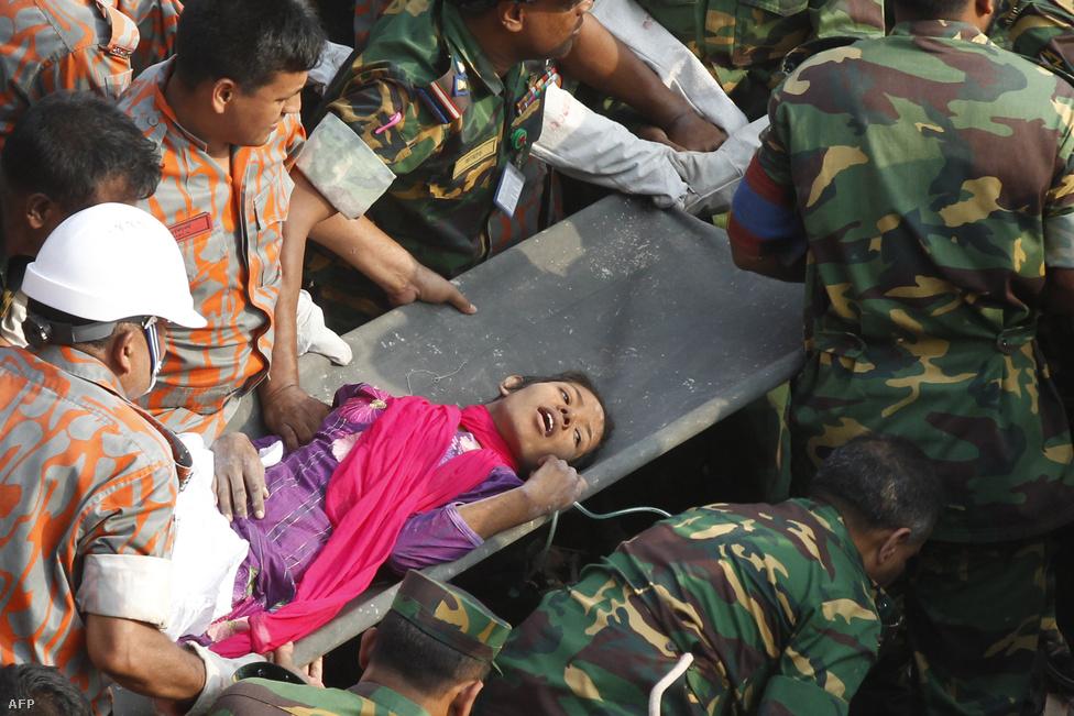 A bangladesi hadsereg takarítja el egy összedőlt nyolcemeletes textilüzem romjait Dhaka külvárosában április 29-én. Háromezernél is több munkás volt az épületben, ahol öt textilcég működött. A tűznek ezernél is több áldozata volt. Az eset miatt szigorúbb biztonsági előírásokat vezettek be a hasonló üzemekben, de azóta is több tűz is volt bangladesi ruhagyárakban.
