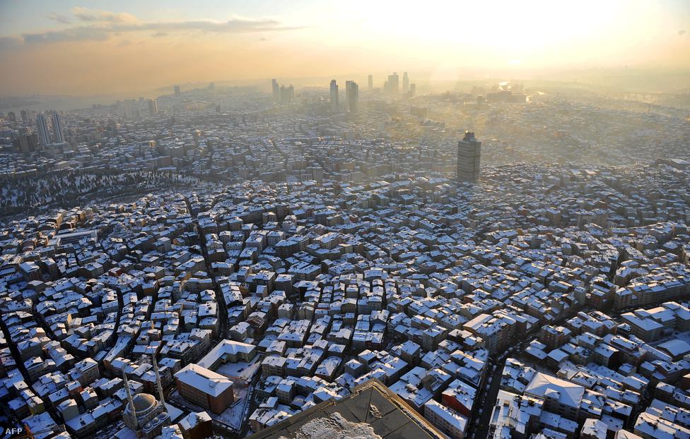 Hirtelen jött havazás bénította meg teljesen a 15 milliós Isztambult január 9-én. Leállt a tömegközlekedés, a repülőjáratokat is törölni kellett.