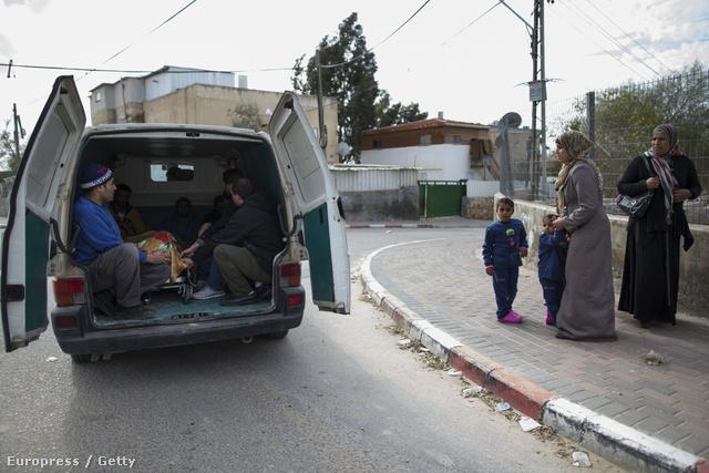 Palesztin orvlövész végzett egy, a határkerítést javító izraeli munkással. Az áldozat testét kisbusszal vitték a temetőbe az izraeli Rahatban, 2013. december 25-én.