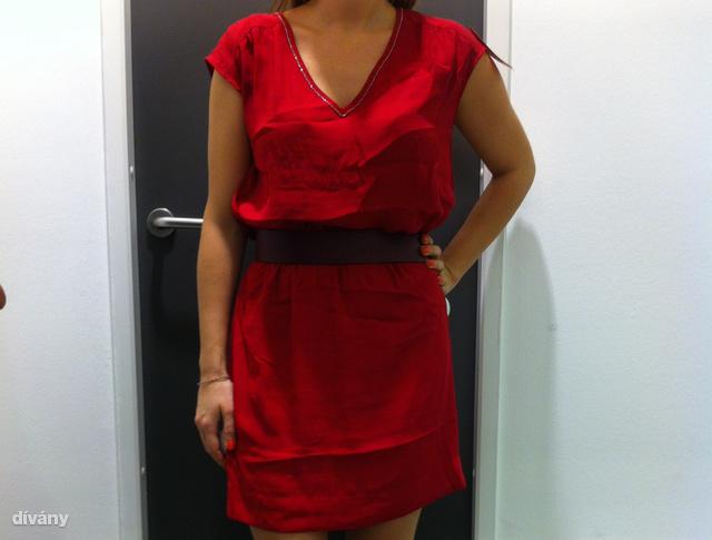 H&M: A karácsonyi kollekció darabjait már a leárazott ruhák között keresse. Ár: 5990 Ft helyett 4000 Ft. Bordó bőröv a derékon 700 forint.