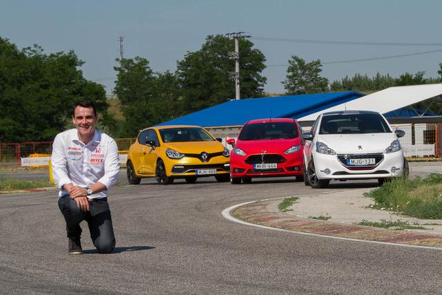 Ahogy a Top Gear Stigje, Norbi is köridőkkel kommunikál
