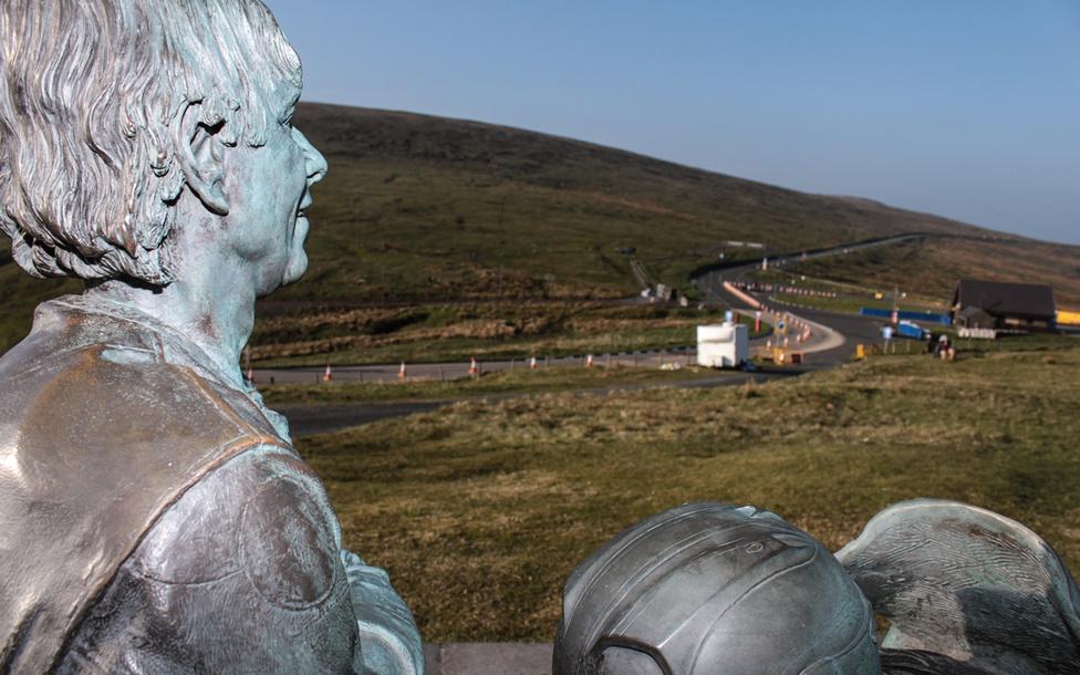 A TT törtnetének legeredményesebb versenyzője Joey Dunlop volt huszonhat győzelemmel. Szobra a hegyen található, s a Bungalow kanyar felett igyekszik tekintetével óvni az arra járó motorosokat. A szoborból összesen kettő készült, a másik Dunlop szülővárosában, az északír Ballymoney-ban található.