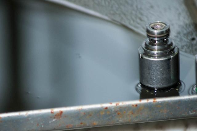 Leeresztett, elhasznált olaj. A jellemzően piros, híg kenőanyag a periódus végére szürke és sűrű