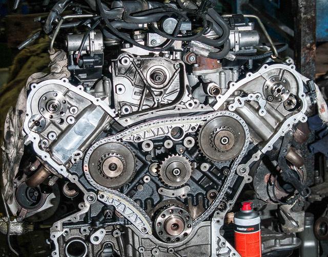 Ikerturbós, V8-as dízel. Nem keveset kell kibírnia a hajtáslánc többi elemének