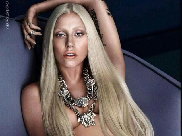 Lady Gaga félmeztelenre vetkőzött a Versace kedvéért.