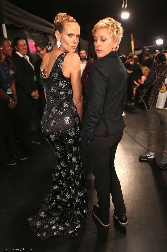 Az est sztárja egyértelműen Ellen DeGeneres volt, midnenki vele pózolt. Először Heidi Klummal pucsított