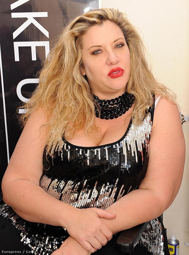 D'Amourt 21 évesen 53 kilós testsúlyával túl kövérnek titulálták a modellügynökségeken, ennek ellenére mégis úgy döntött, hogy plus-size modellként sikeres karriert csinál magának.