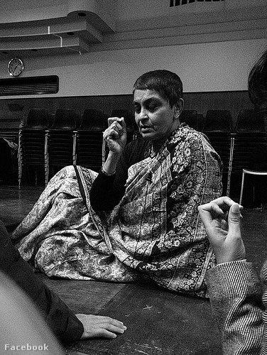 Az 1942-ben született indiai filozófus már több, mint harminc éve rövidre nyírt hajjal, száriba öltözve áll ki az emberi jogok mellett.